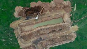 De nieuwe kleine bovengenoemde mijnbouw van de graafwerktuig open kuil stock video