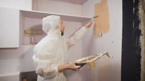 De nieuwe kleur van de muren in de gang van de flat stock footage