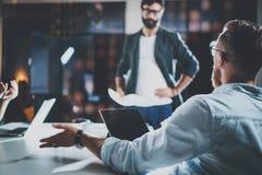 De nieuwe manager die van het projectteam gesprek maken bij vergaderzaal met partners op kantoor horizontaal Vage achtergrond stock foto