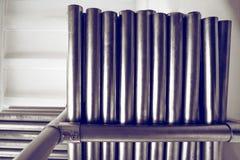 De nieuwe metaalpijpen, met chroom plateerden deklaag, liggen op opslagplanken Conceptenachtergronden van de metaalindustrie stock fotografie