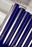 De nieuwe metaalpijpen, met chroom plateerden deklaag, liggen op opslagplanken Conceptenachtergronden van de metaalindustrie royalty-vrije stock foto's