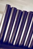 De nieuwe metaalpijpen, met chroom plateerden deklaag, liggen op opslagplanken Conceptenachtergronden van de metaalindustrie royalty-vrije stock afbeelding