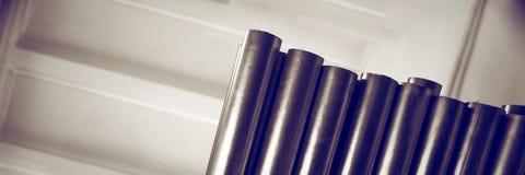 De nieuwe metaalpijpen, met chroom plateerden deklaag, liggen op opslagplanken Conceptenachtergronden van de metaalindustrie bann stock afbeeldingen
