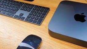 De nieuwe minicomputer van Apple Mac in Ruimte Grijze kleur met logotype stock videobeelden