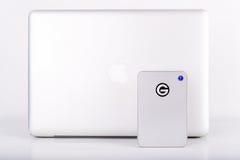 De nieuwe mobiele Blikseminslagaandrijving voor MAC met Macbook Pro stock afbeelding