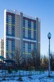 De nieuwe moderne bouw met meerdere verdiepingen Stock Foto's