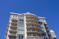 De nieuwe Moderne Bouw van het Flatgebouw met koopflats Royalty-vrije Stock Afbeelding