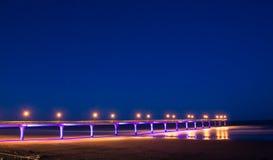 De nieuwe pijler van Brighton in de nacht stock afbeelding