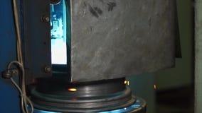 De nieuwe randen worden gezet op het metaal platform en wordt gelast stock videobeelden
