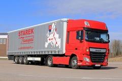 De nieuwe Rode Semi Vrachtwagen van DAF XF en Blauwe Hemel Royalty-vrije Stock Foto's