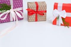 De nieuwe selectie van de jaar huidige het winkelen verpakte gift stock foto's
