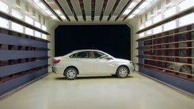 De nieuwe shiteauto roteert rond zich binnen windtunnel voor voertuig het testen stock videobeelden