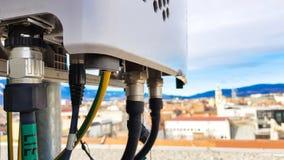 De nieuwe van de het netwerktelecommunicatie-uitrusting van 5G radio slimme radiomodules zetten op metaaltoren op stock fotografie
