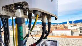 De nieuwe van de het netwerktelecommunicatie-uitrusting van 5G radio slimme radiomodules zetten op metaaltoren op stock afbeelding