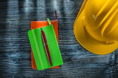 De nieuwe veiligheid GLB van de zakboekjespen op houten raad stock foto