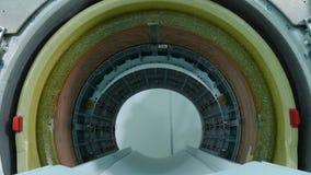 De nieuwe verbetering van de het ziekenhuisruimte met tomograph die worden ge?nstalleerd Een lege MRI, CT, HUISDIERENscanner MRI- stock video