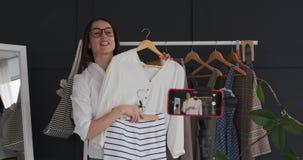 De nieuwe video van de manier blogger opname voor haar vlog stock videobeelden