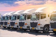 De nieuwe vloot van de transportvrachtwagen bij werf stock afbeeldingen
