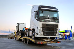 De nieuwe Vrachtwagens van Volvo FH Vervoer op een Semi Aanhangwagen Royalty-vrije Stock Foto