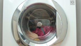 De nieuwe wasmachine wast coloreds wasserij stock footage
