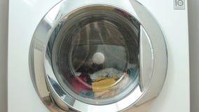 De nieuwe wasmachine wast coloreds wasserij stock video