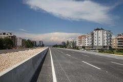 De nieuwe weg van de asfaltstad in de zomerzonneschijn stock afbeelding