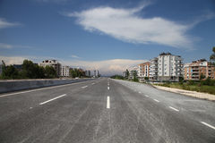 De nieuwe weg van de asfaltstad in de zomerzonneschijn stock fotografie