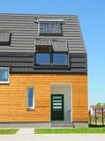De nieuwe Zonne-energie van het de Bouwhuis, ZonnedieWaterverwarmer, Zonnepanelen, Dakramen, op Dak Asphalt Shingles worden geïns Stock Afbeeldingen