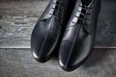 De nieuwe zwarte schoenen van het mensenleer royalty-vrije stock afbeeldingen