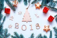 De nieuwjaar 2018 achtergrond met 2018 cijfers, Kerstmisspeelgoed, blauwe spar vertakt zich Nieuwjaar 2018 samenstelling Stock Fotografie