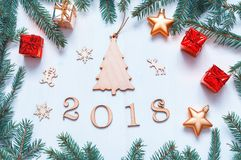 De nieuwjaar 2018 achtergrond met 2018 cijfers, Kerstmisspeelgoed, blauwe spar vertakt zich Nieuwjaar 2018 samenstelling Royalty-vrije Stock Foto