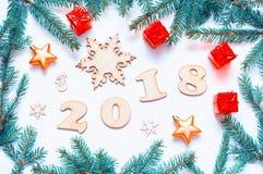 De nieuwjaar 2018 achtergrond met 2018 cijfers, Kerstmisspeelgoed, spar vertakt zich - Nieuwjaar 2018 samenstelling Stock Afbeeldingen