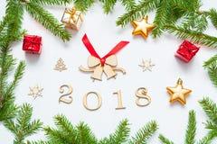 De nieuwjaar 2018 achtergrond met 2018 cijfers, Kerstmisspeelgoed, spar vertakt zich - Nieuwjaar 2018 samenstelling Stock Afbeelding