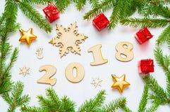 De nieuwjaar 2018 achtergrond met 2018 cijfers, Kerstmisspeelgoed, spar vertakt zich - Nieuwjaar 2018 samenstelling Stock Fotografie