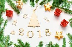 De nieuwjaar 2018 achtergrond met 2018 cijfers, Kerstmisspeelgoed, spar vertakt zich - Nieuwjaar 2018 samenstelling Stock Foto's
