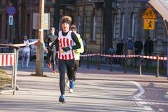 12de Nieuwjaar ` s Eve Race in Krakau Mensen het lopen kleedde zich in grappige kostuums Stock Foto