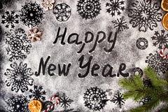 De nieuwjaarachtergrond met sneeuwvlokken en tekst Gelukkig Nieuwjaar trekt Royalty-vrije Stock Afbeeldingen