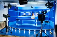 De nieuwslezer van de televisie bij de studio van TV Royalty-vrije Stock Foto's
