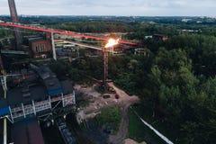 De nieuwste apparatuur van olieraffinage Luchtmening over oude werkende kokende installatie royalty-vrije stock foto's