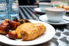 De Nigeriaanse vleespastei, rookwolk-rookwolk, vissen rolt en plakt de gebakjes van de vleesspiermaag of Nigeriaanse kleine karbo stock afbeeldingen