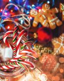 De Noël toujours durée biscuits faits maison de gingembre, sucrerie de canne, sur a photographie stock