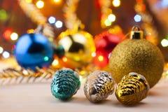 De Noël toujours durée Nouveau Year& x27 ; jouets de s sur la table Invitation d'an neuf Images stock