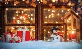 De Noël toujours la vie avec la vieille fenêtre en bois photos libres de droits