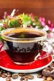 De Noël toujours tasse de la vie de café noir, de haricots, de chocolat, d'arbre de Noël et de boules Images stock