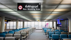 De no fumadores firme adentro el aeropuerto Foto de archivo libre de regalías