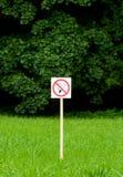 De no fumadores firme adentro el parque en árboles y fondo verdes claros de la hierba Fotografía de archivo libre de regalías