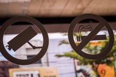 De no fumadores firme adentro el vidrio del café fotos de archivo
