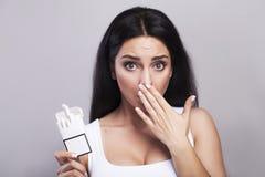 De no fumadores Primer de una mano del ` s de la mujer con un cigarrillo quebrado encendido Imagenes de archivo