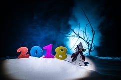 De Noche Vieja el fondo de la celebración con los elementos o los símbolos del Año Nuevo Decoración para la tarjeta de felicitaci Fotos de archivo libres de regalías