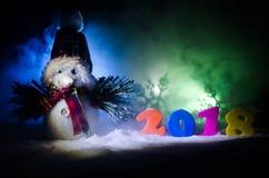 De Noche Vieja el fondo de la celebración con los elementos o los símbolos del Año Nuevo Decoración para la tarjeta de felicitaci Imagen de archivo